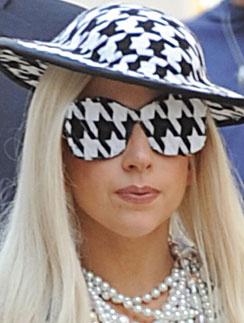 """Все аксессуары Леди ГаГа (Lady GaGa) были с рисунком """"гусиная лапка"""""""