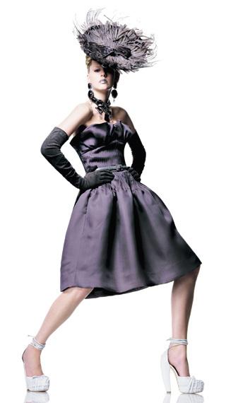 2007 Джон Гальяно для Dior. Коллекция Prêt-à-Porter осень—зима Платье из газара, шляпа, перчатки из телячьей кожи, кожаный пояс, бижутерия из серебра и камней, туфли на платформе из плетеной кожи с завязками.