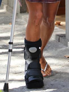 Холли Берри (Halle Maria Berry) скорее будет ходить на костылях, чем терять время дома на больничном.