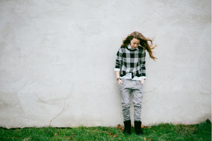 Портрет девушки у стены