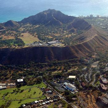 Комплекс зданий у подножия кратера - и есть Гавайская киностудия, приютившая создателей фильма.