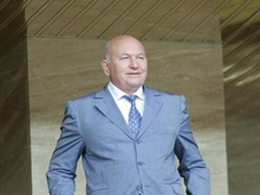 Юрий Лужков добивается получения вида на жительство