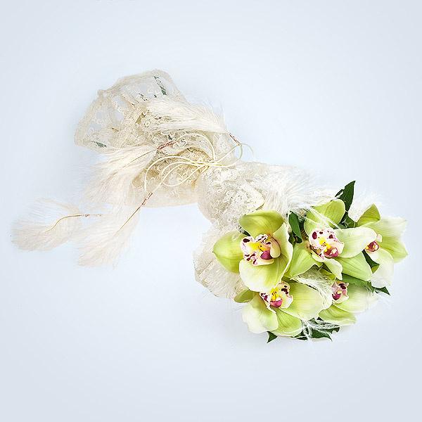 Наша свадебная композиция готова! У нас получился оригинальный и очень нежный букет, который будет замечательным украшением свадебного наряда невесты.