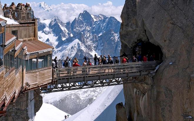 Горная вершина Эгюий-дю-Миди (Aiguille du Midi) находится в западной части массива Монблан. Чтобы добраться до моста, соединяющего между собой две скалы, нужно подняться по канатной дороге на 2000-метровую высоту. Сам мост очень короткий, однако тем, кто страдает акрофобией, он может показаться бесконечным!