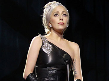 Леди Гага (Lady GaGa) вышла получать премию Hero Award в платье от Carolina Herrera