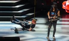 Солист Guns N' Roses упал во время выступления, но юмором сгладил конфуз (видео)