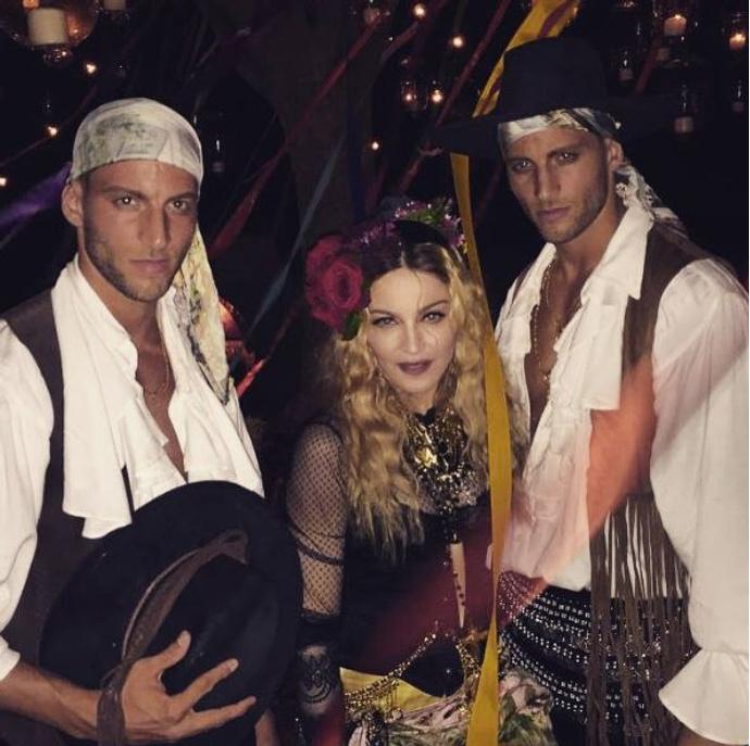Мадонна с гостями