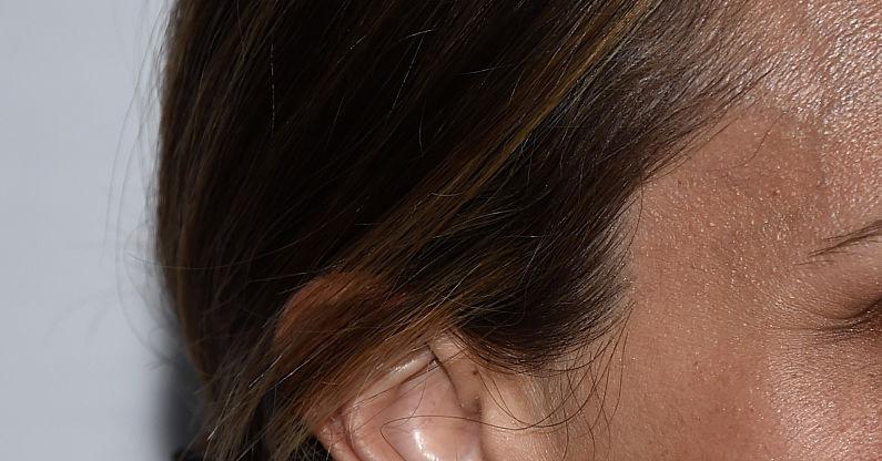 Почему уши гноятся от золотых сережек