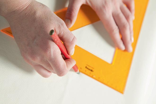 На лицевой стороне, используя линейку и карандаш, намечают местоположение пуговиц-утяжек. Ихколичество может быть любым.