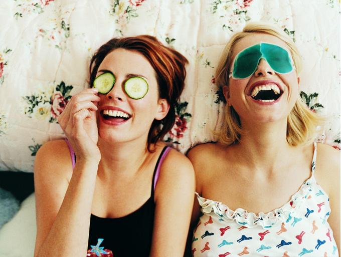 Девушки делают маски