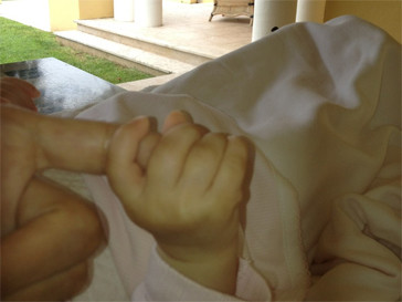 Виктория Боня показала ладошку дочери.