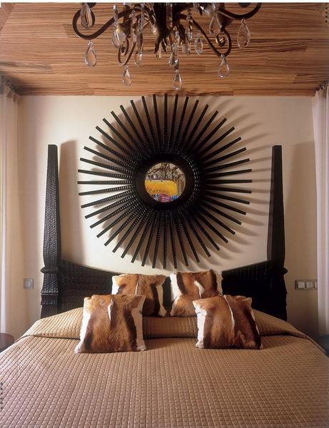 В спальне кровать и зеркало от Carella Carving. Хрустальная люстра куплена на блошином рынке во Франции