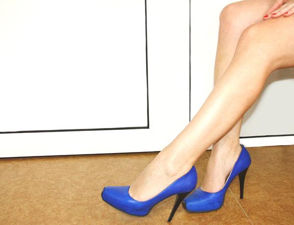 Женские ножки на скользкой дорожке