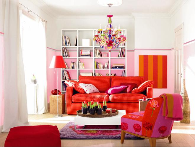 Особый декоративный акцент – панно на стене – представляет собой деревянный каркас, обтянутый мебельной тканью в полоску. Цвета панно в точности повторяют оттенки обивки дивана