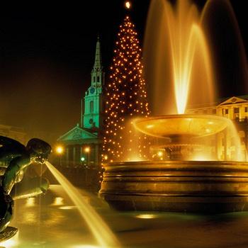 На Трафальгарской площади в Лондоне ежегодно устанавливается главная елка страны, которую привозят из Норвегии.