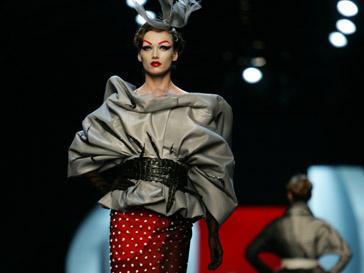 Основными цветами коллекции Christian Dior стали красный и черный
