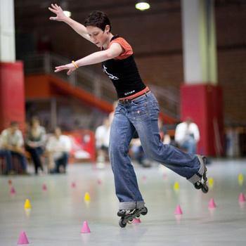 На идеальных поверхностях крытых площадок круглый год устраиваются соревнования «по фигурному катанию» среди роллеров.