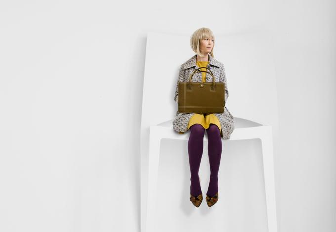 Маленькая женщина на стуле