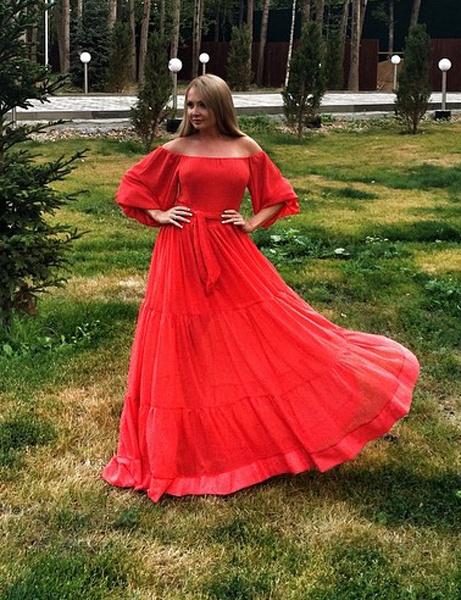 Дарья Пынзарь в красном платье с открытыми плечами
