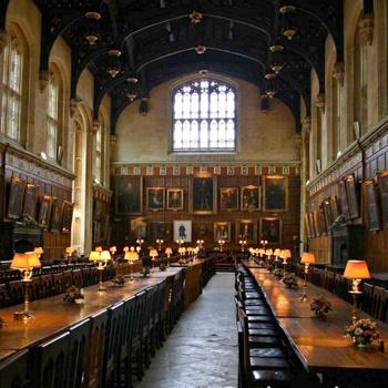 По стенам зала развешаны портреты профессоров, среди которых можно увидеть и портрет Льюиса Кэролла.