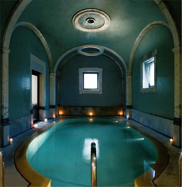 Ватсу проводится в бассейне с теплой термальной водой