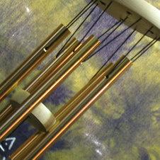 Классический вариант музыки ветра с пятью металлическими трубочками.