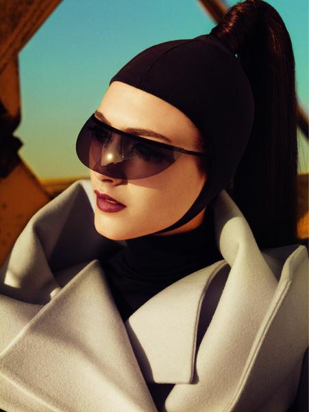 Пальто из шерсти с большим геометрическим воротником, Jil Sander; водолазка из шерсти, E-go; солнцезащитные очки-козырек, Bless for Alain Mikli