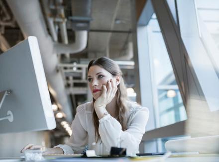 Женщина за рабочим столом