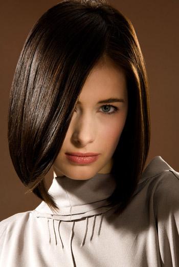 Чтобы вытянуть волосы, используйте при сушке круглую расческу-брашинг.