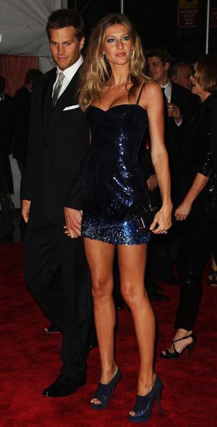Жизель Бундхен (в Versace) и Том Брэди