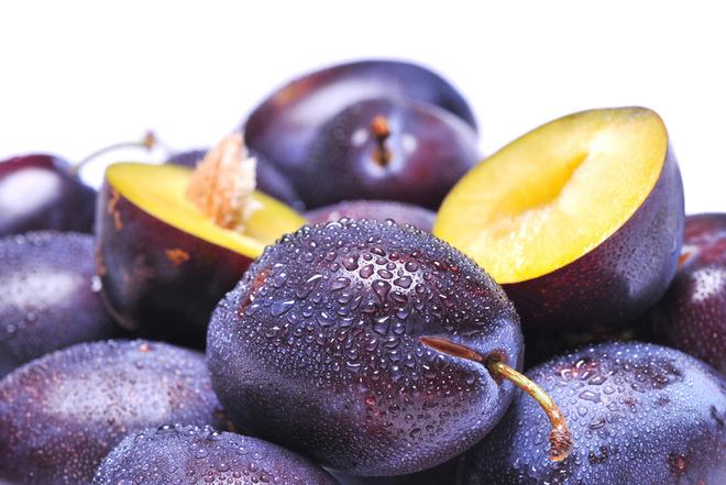 Сливовый компот хорош сам по себе. Но чтобы разнообразить меню напитков, можно сочетать сливу с грушами, яблоками и айвой, а также с медом, корицей и имбирем.