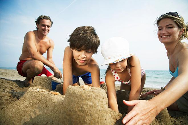 Пляж, игра с песком, фото