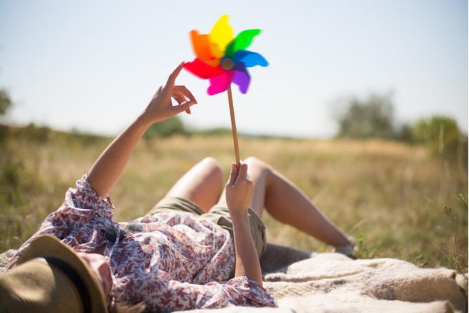 Девушка с разноцветной игрушкой в руке