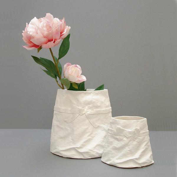 Фарфоровые цветы в вазочках