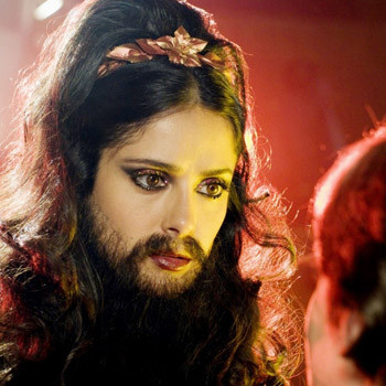 Человека-волка, бородатую мадам Труска играет Сальма Хайек.