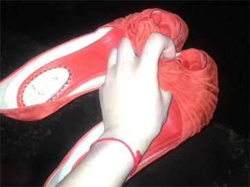 Вика Дайнеко уже давно превратила туфли в полноценных героев своего микроблога.