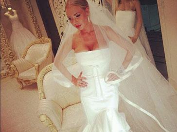 Маша Малиновская примеряет свадебные платья