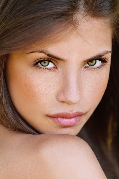 Удалить блеск на лице помогут матирующие салфетки и термальная вода.