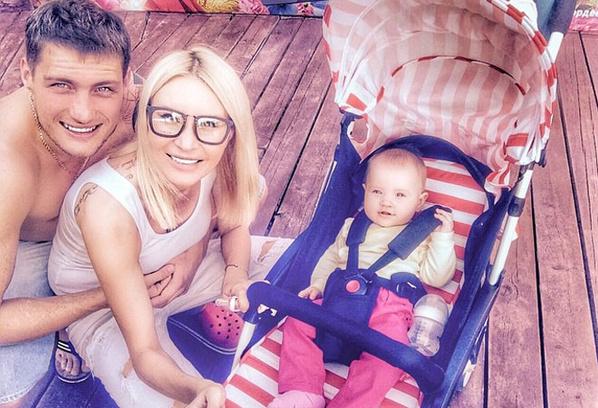 Александр Задойнов и Элина Камирен с ребенком, фото