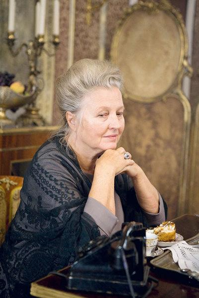 Ханна Шигула в роли пожилой поэтессы.