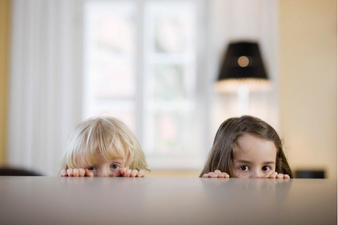 Девочки прячутся под стол