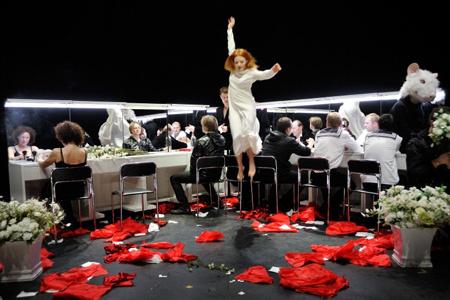 """В творческой биографии режиссера """"Гамлет"""" продолжает серию масштабных постановок, основанных на классических текстах. Оскарас Коршуновас говорит, что его цель – ставить современную драматургию как классику, а классические тексты – как если бы они были написаны сегодня."""
