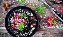 Красный салат из запеченной свеклы с радиккьо и смородиной