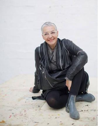 Катрин Гонджини 67 лет. Она всю жизнь работала фармацевтом на Фарерских островах. После шестидесяти, когда от нее ушел муж, она решила начать свой бизнес и открыла магазин одежды. А потом уехала в Барселону учиться в Школе современного искусства. Фото и и