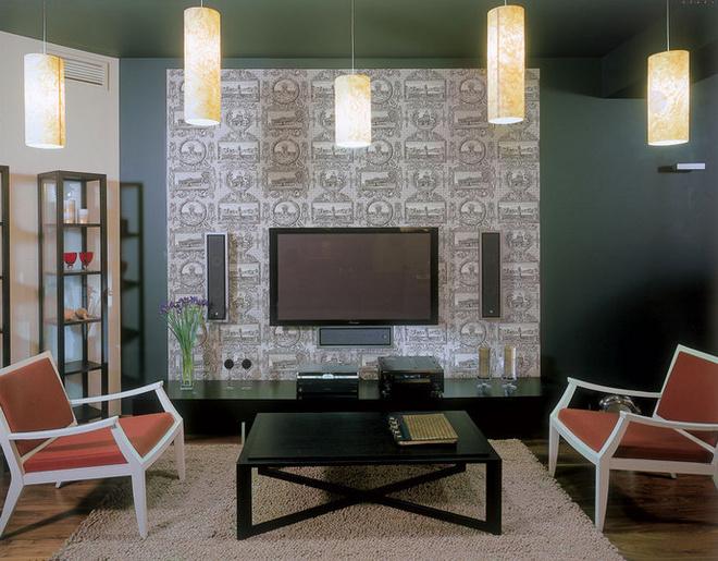 Стены покрашены матовой краской Oikos. Обои от Stro-heim & Roman. По обе стороны от журнального столика - кресла от Porada. Под плазменным экраном - тумба от Molteni.