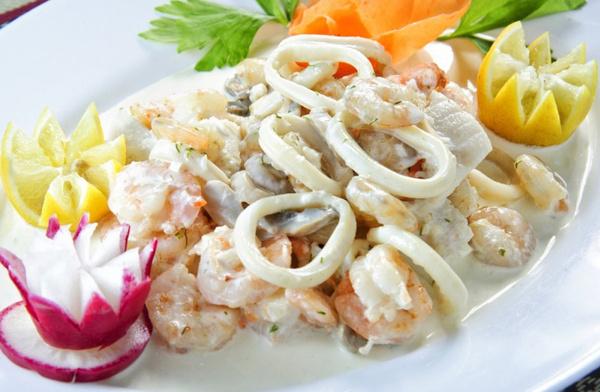 Приготовить салат из кальмаров и огурцов