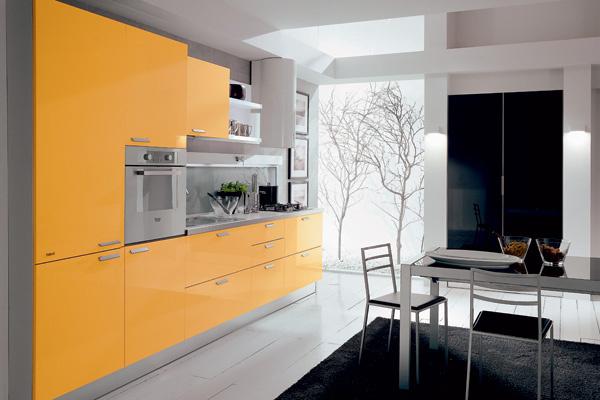 Глянцевые фасады кухни из коллекции Pretty&Smart итальянской фабрики Febal окрашены в жизнерадостный цвет яичного желтка - идеальный вариант для российского климата!