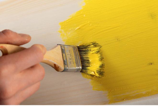 Используя широкую кисть иакриловый состав, сосновые доски окрашивают вжелтый цвет.