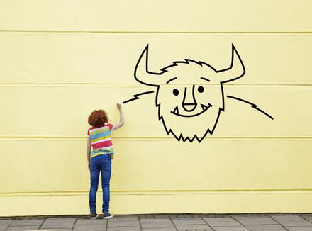 Ребенок рисует монстра