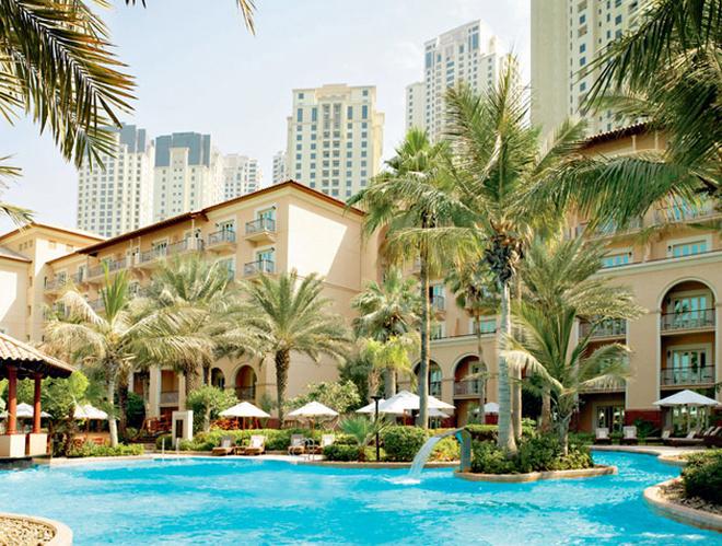 Фронтальный вид отеля Ritz-Carlton: кусочек Европы среди небоскребов.